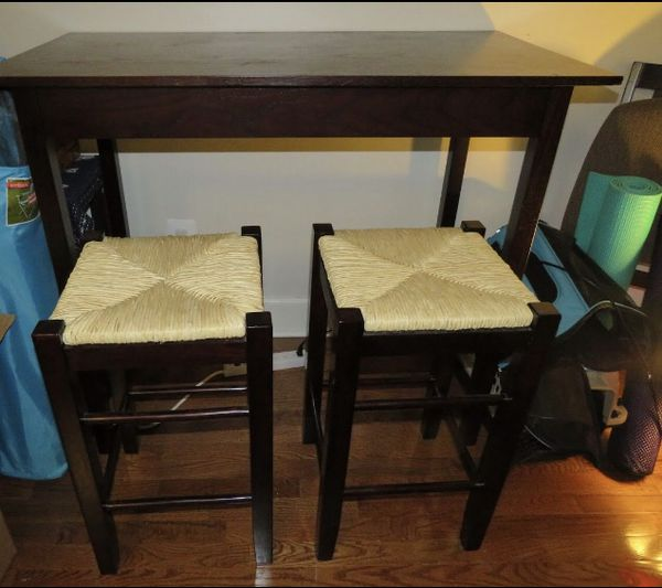Bar table and 2 wicker stools