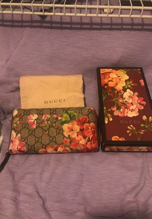 Gucci bloom wallet for Sale in IND HEAD PARK, IL