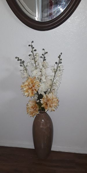 Nice Vase with Silk flowers for Sale in Scottsdale, AZ