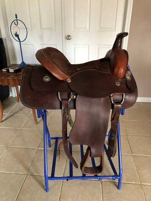 """17"""" Leather saddle, breast collar, flank cinch for Sale in Eolia, MO"""
