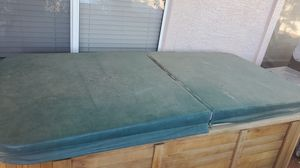 Single person hot tub with cover for Sale in Glendale, AZ