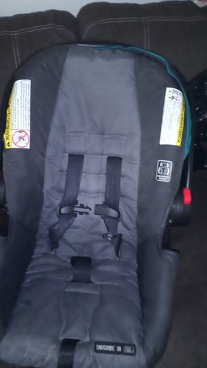 New born car seat and base for Sale in Cleveland, OH