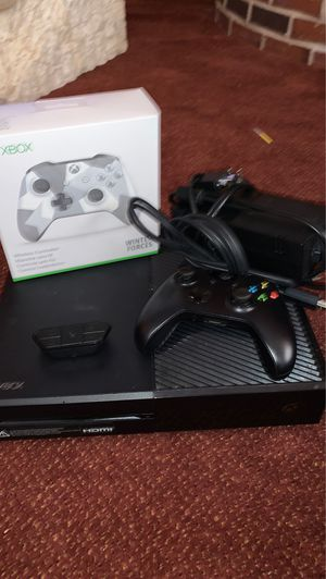 OG XBOX ONE CONSOLE WITH SPECIAL EDITON WINTER FORCE CONTROLLER AND HEADSEAT for Sale in Ypsilanti, MI