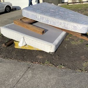 Bed Set FREE for Sale in Rohnert Park, CA