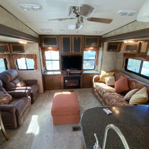 2013 Chaparral Coachmen 5th Wheel , 3 Slides, Fire Place, Big Windows, Beautiful Cabinetry All Around, AC for Sale in Riverside, CA