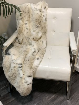 White faux Leather Contemporary oversized CHAIR for Sale in Atlanta, GA