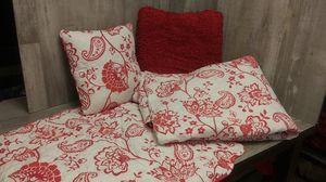 Reversible Quilt Bed Set Queen comforter two pillow cases 2 accent pillows for Sale in Everett, WA