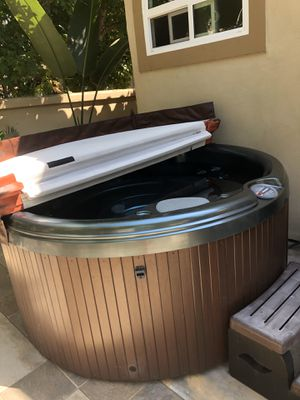 My Neighbor is selling her hot tub. Barely used. Sundance spa 680 series, 78 x 36. $500. Retails for $6000!!!!! for Sale in Laguna Beach, CA