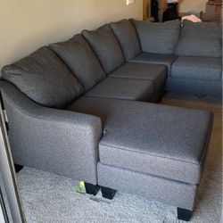 Calvin sectional With Chaise for Sale in San Diego,  CA