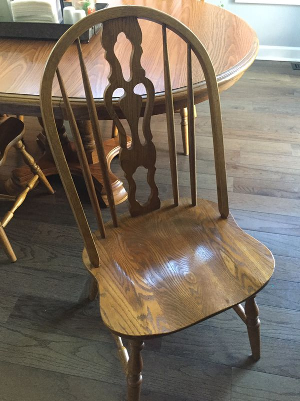 Oak kitchen table (48x48) 5 chairs and 2 leaves (68x48)