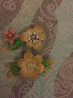 2 pretty flower brooches Mother's Day gift? for Sale in Las Vegas, NV