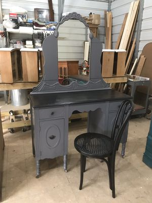 Gray vanity with mirror and chair for Sale in Fayetteville, TN