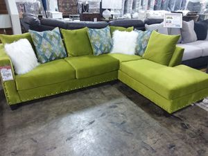 KIWI MICROFIBER SECTIONAL SOFA WITH ACCENT PILLOWS AND NAILHEAD TRIM for Sale in Mansfield, TX