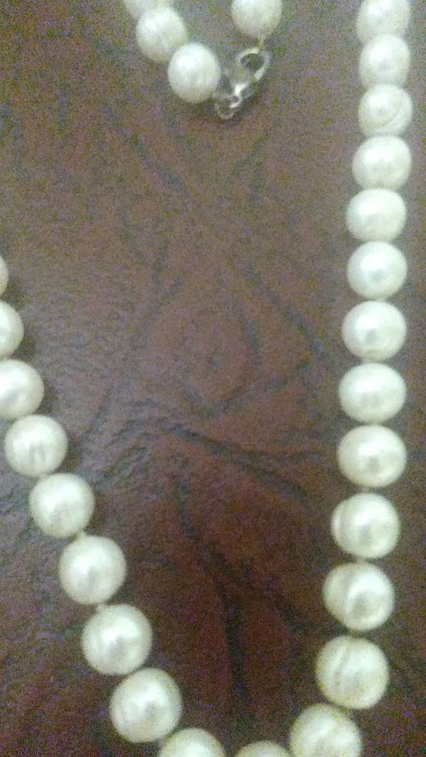 Lady's custom jewelry Pearl necklace