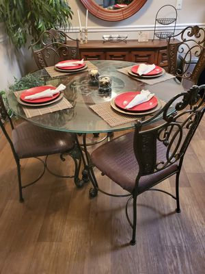 Dinnet Round Glass Table w its 4 Chairs for Sale in Winter Park, FL