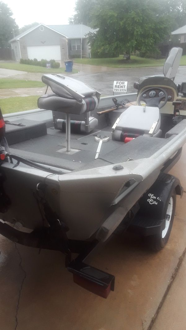 16 foot bass boat comes with trolling motor and Fishfinder 50 horsepower Mercury engine
