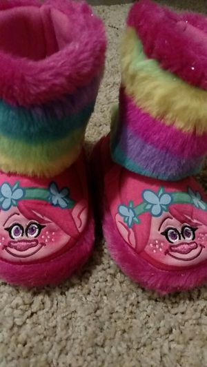 Toddler 7/8 trolls slippers for Sale in Tacoma, WA