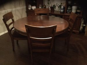 Round dining table for Sale in Corinth, TX
