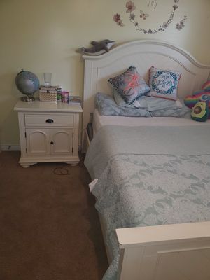 Bob's 3 pieces bedroom set for Sale in Simi Valley, CA