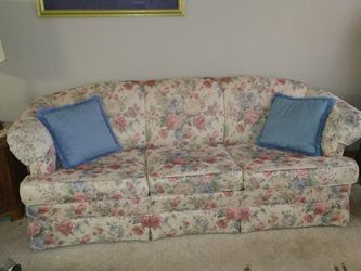 Couch With Pull Out Bed for Sale in Reynoldsburg,  OH