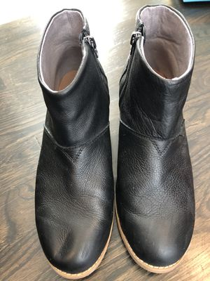 Toms ladies boot size 5 (I wear a 7 and they fit) for Sale in Murfreesboro, TN