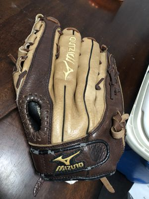 Mizuno baseball /softball glove right handed for Sale in Homestead, FL