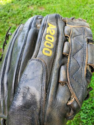 "WILSON A 2000 BASEBALL/SOFTBALL GLOVE 12"" BROKEN IN JUST RIGHT for Sale in Boca Raton, FL"