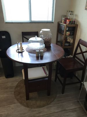 Small round kitchen table with 2 chairs for Sale in Phoenix, AZ