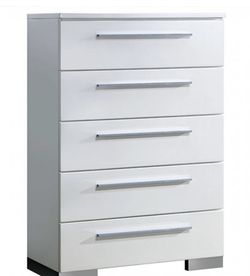 White Chest Of Drawer for Sale in Dinuba,  CA