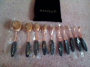 AMOUR Oval Makeup Brush Set for Sale in Germantown, MD