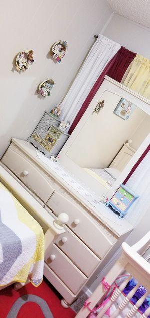 Dresser/Mirror for Sale in Glendale, AZ