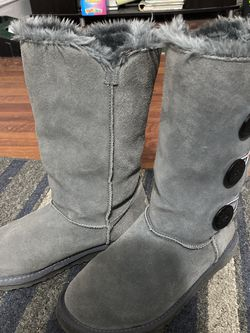 UGG Bailey Button Triplet II suede sheepskin boots women's size 8 grey for Sale in Garden City,  NY
