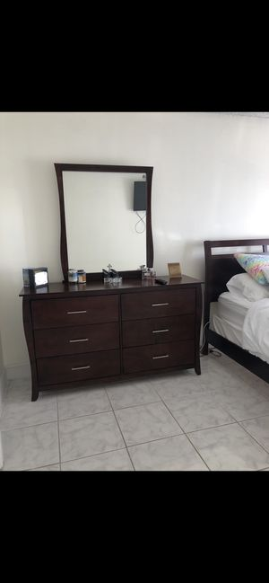 Bed and Dresser for Sale in Miami, FL