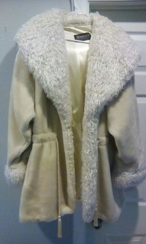 BRAND NEW LADIES COAT, NEVER USED, COMPLETELY CLEAN AND BEAUTIFUL for Sale in Orlando, FL