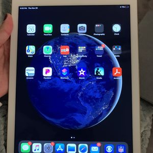 iPad Pro 9.7 Inch. 128 gb/Keyboard/Case COMBO for Sale in Irving, TX