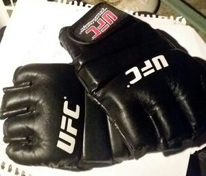 UFC GLOVES - SIZE S/M for Sale in Brunswick, OH