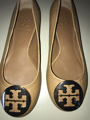 13 pairs of a variety of women shoes Burberry, Tory Burch, Chinese Laundry, Steve Madden and more Size 6 for Sale in Boston, MA