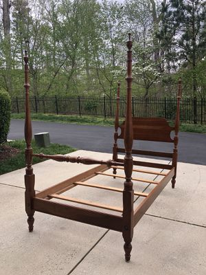 Beautiful Cherry Solid Hardwood Twin XL Sized Poster Bed w Decorative Finials!Delivery Available! 🚚 for Sale in Raleigh, NC