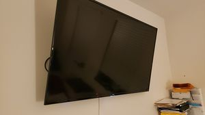 TCL Ruku TV + $60 worth flexible wall mount for Sale in Miami, FL