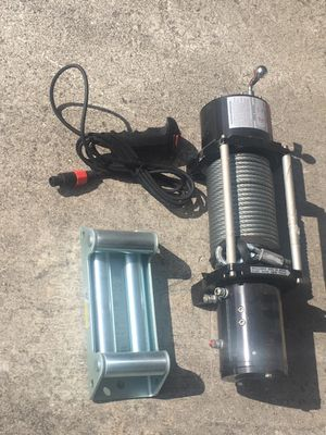 NORTHERN 9000 LBS CAPACITY 12 volt w/wire remote control for Sale in Miami, FL