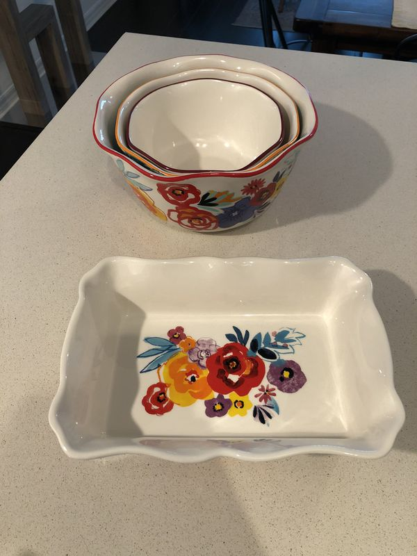 Set of ceramic serving bowls
