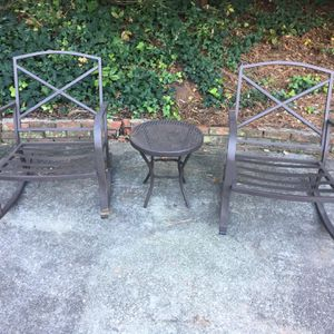2 rocking chairs and a table for Sale in Atlanta, GA