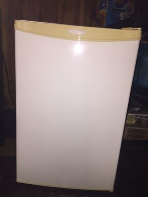 Danby Deluxe Mini Fridge w/ Freezer for Sale in Philadelphia, PA