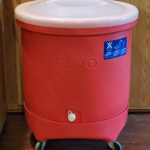X-Large Igloo Party/Event Cooler On Wheels for Sale in Bunker Hill, WV
