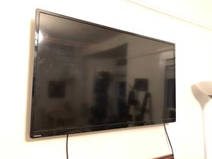 Toshiba flatscreen TV WITH wall mount! for Sale in Portland, OR