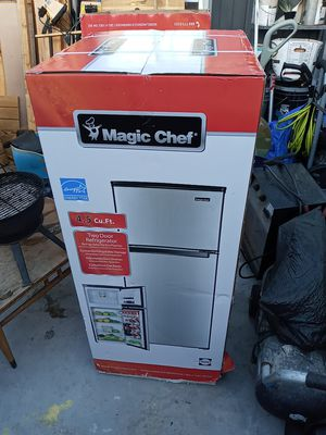 Magic Chef 4.5 Cu.Ft. two door refrigerator for Sale in Pomona, CA