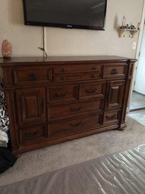 Queen size solid wood bedroom set for Sale in Turlock, CA
