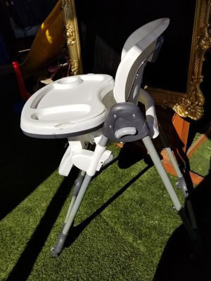 High chair adjustable and reclining back for Sale in Moreno Valley, CA