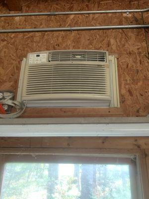 Frigidaire window mount AC unit with remote control for Sale in Cornelius, NC