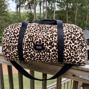 🆕Victoria's Secret PINK LEOPARD 🐆 PRINT DUFFLE BAG for Sale in Winder, GA